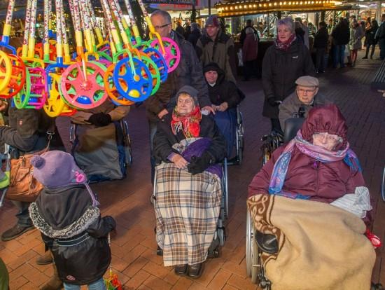 13-SPD-mit-Bewohnern-von-Seniorenhaus-Weihnachtsmarkt-035-1